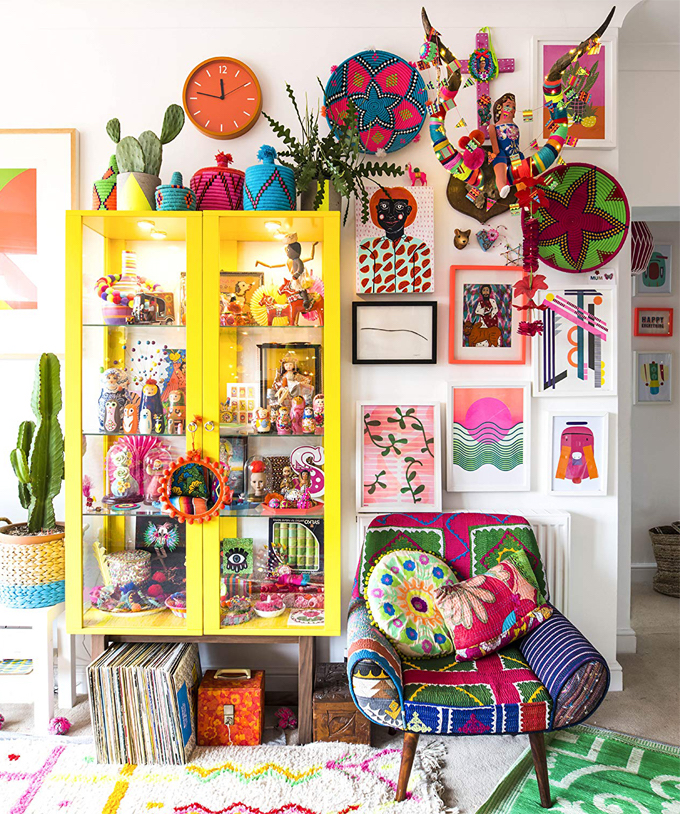 huiskamer gele kast en cactus in kleurrijk interieur #diy #yellow #colorful #cactus #chair #mexico #rug #frames #eclectic