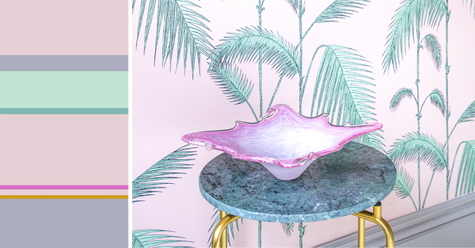 interieur met tafeltje en vaas in pasteltinten en behang met palmprint #purple #green #pastel #brass #marble #colorcard #interior #design